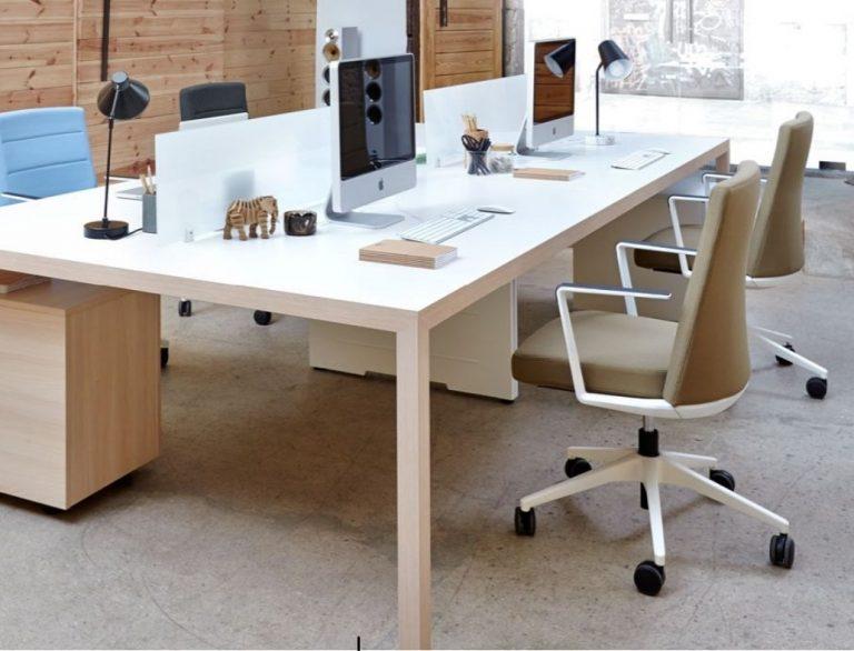 Oficina elegante con ordenadores en madera