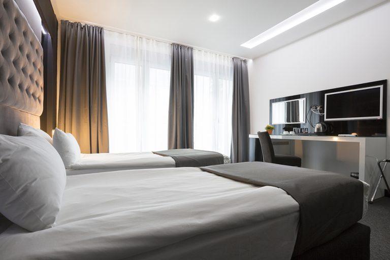 Dormitorio con televisores