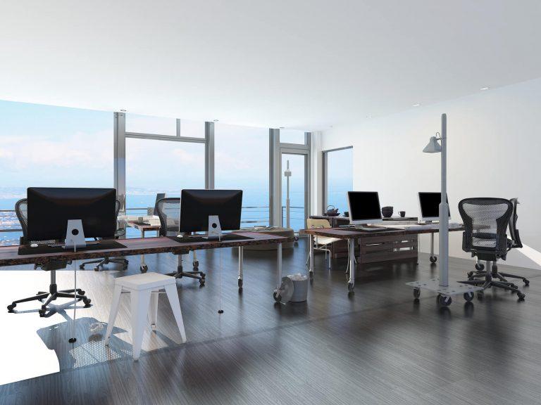 Oficina elegante frente al mar con ordenadores