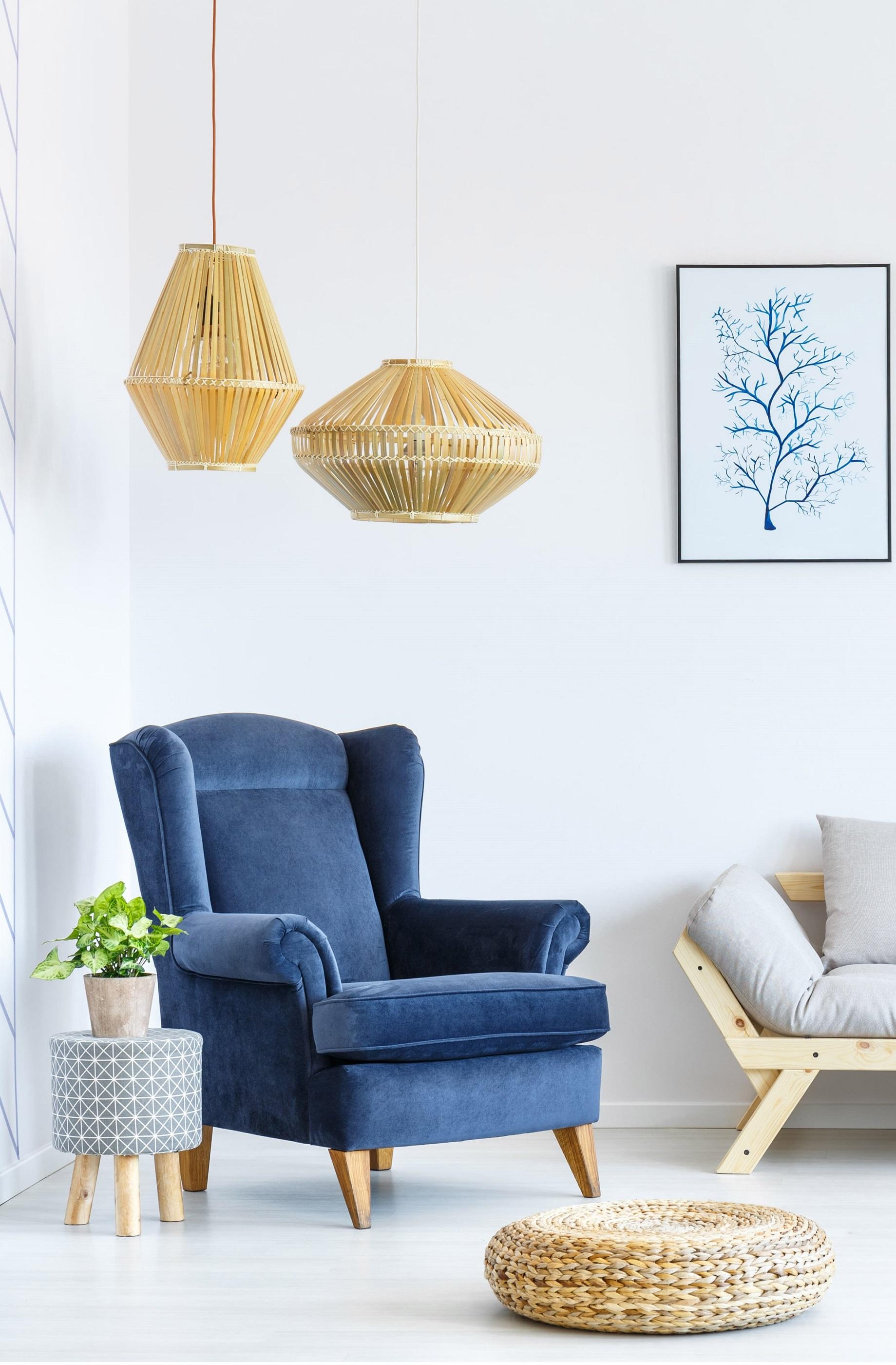 Sofá azul y lámparas de mimbre
