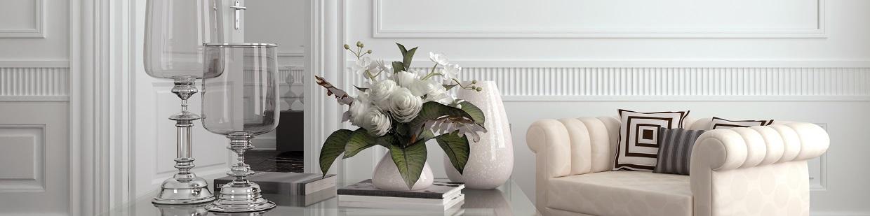 Decoración. Mesa con jarrones y sillón blanco,