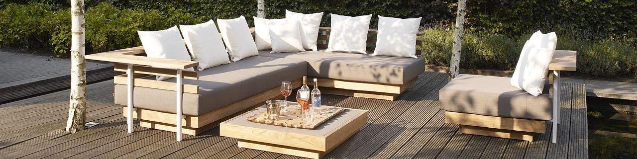 Jardín chillout. Sofá beige con cojines blancos